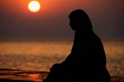 Kadınların,Uhrevi Hayatlarını Dünya Malı Uğruna Berbat Edecek Ortamlardan Uzak Durmaları Farzdır
