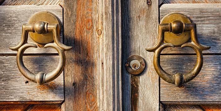 Kendine Kapanan Kapı