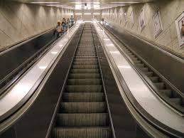 Yürüyen Merdivenlere Koşan İnsanlar